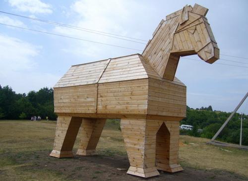 """Деревянный конь в сафари-парке """"Кудыкина гора"""""""