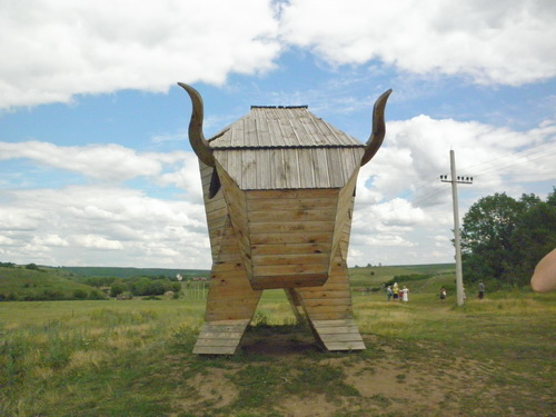"""Фигура деревянного быка в детском сафари парке """"Кудыкина гора"""""""