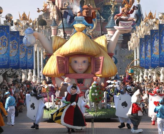 Парад сказочных героев в парижском Диснейленде