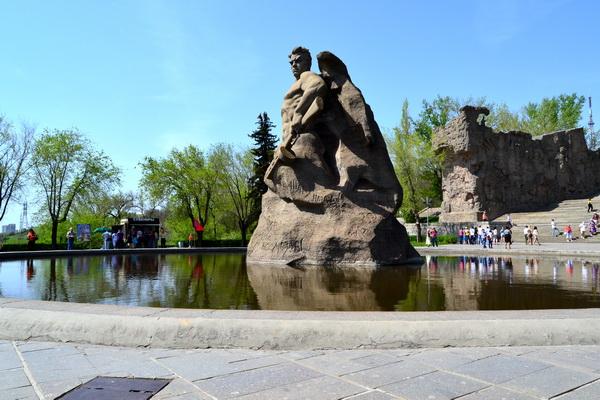 Скульптура русского воина –защитника Родины. Мамаев курган в Волгограде