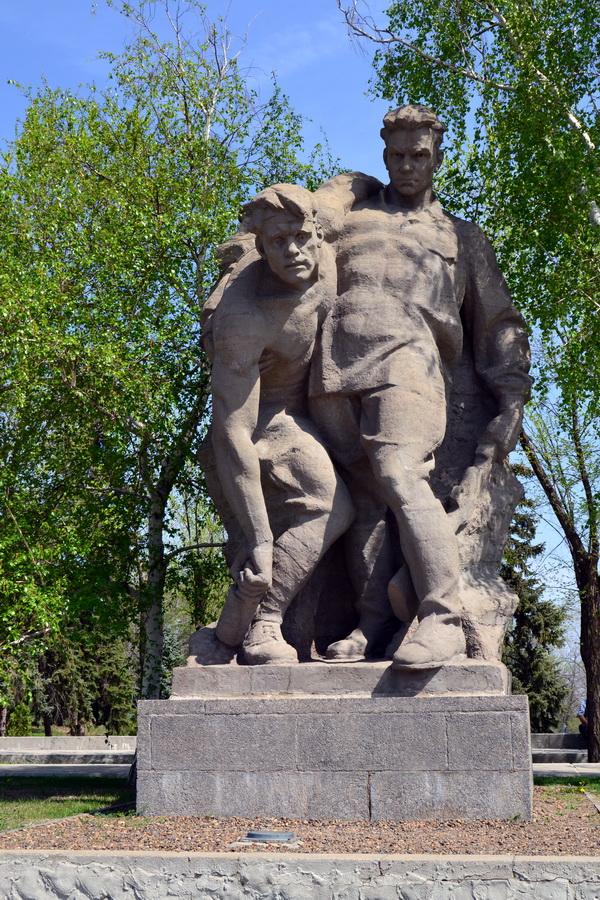 """Скульптура """"Выстояв, мы победили смерть"""". Мамаев курган"""