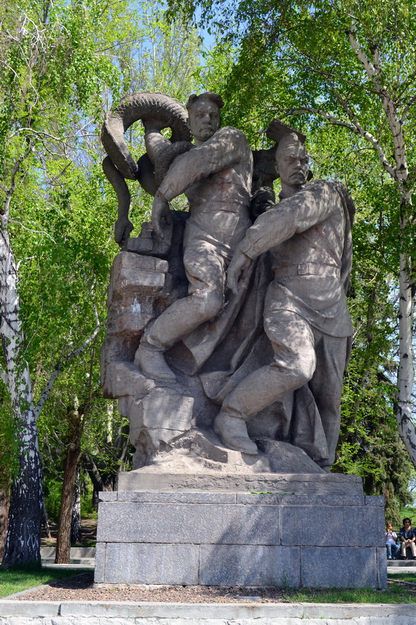 Два советских бойца уничтожают свастику и извивающуюся фашистскую гидру. Скульптура. Мамаев курган