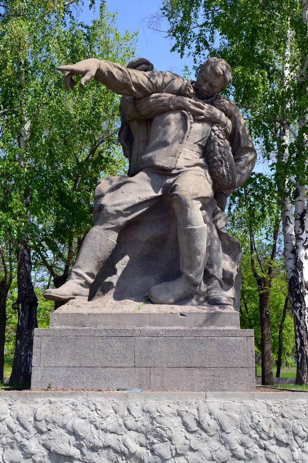 Раненый командир в решающий момент боя. Скульптура. Мамаев курган