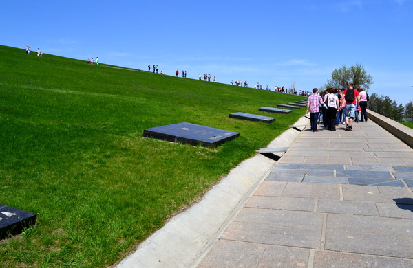 Мемориальные плиты с именами героев Сталинградской битвы. Мамаев курган
