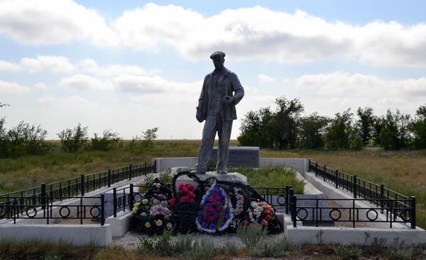 Памятник погибшим металлургам в Палассовском районе Волгоградской области