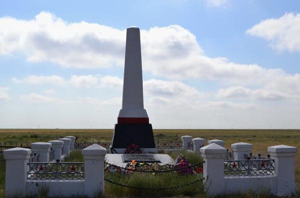 Памятник погибшим металлургам недалеко от озера Эльтон