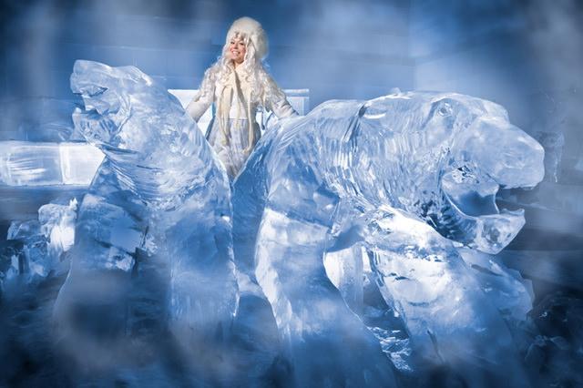 Ледяная принцесса (снежная королева) в Санта-парке в деревне Санта-клауса