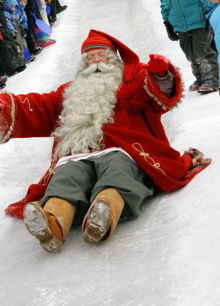 Санта-Клаус катится с горке в парке Арктис