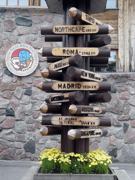 Стол с указателями направлений в деревне Санта-Клауса в Лапландии