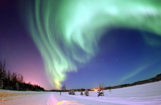 Северное сияние в деревне Санта-Клауса Финляндия Рованиеми Лапландия