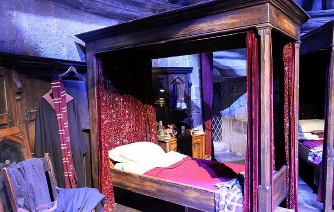 Спальня Хогвартса в музее Гарри Поттера