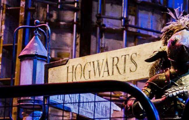Указатель Хогвартс в музее Гарри Поттера в Лондоне