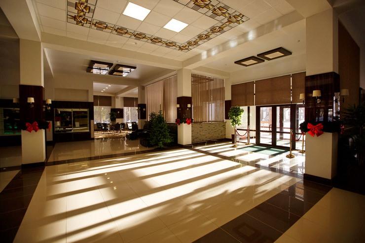 Холл в парк-отеле «Яхонты» заповедник Таруса»