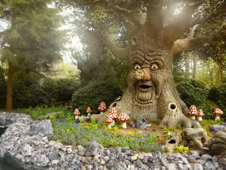 Дерево сказок в парке Эфтелинг в Голландии